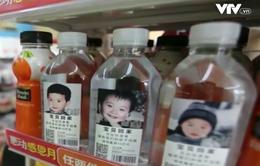 Trung Quốc sản xuất chai nước giúp trẻ mất tích tìm lại gia đình