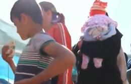 Trẻ tị nạn xếp hàng dài chờ tắm ở Idomeni