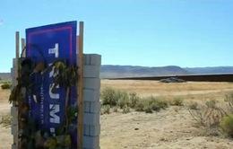 Nghệ sỹ Mỹ xây dựng bức tường biểu tượng ở biên giới với Mexico