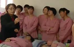 Trung Quốc bãi bỏ chính sách 1 con, các trường học bảo mẫu hút học viên