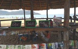 Trẻ em Quy Nhơn vui mừng đọc sách miễn phí ngay tại bãi biển