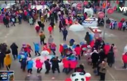 Ngày hội đắp ông già Noel của trẻ em Trung Quốc và Nga