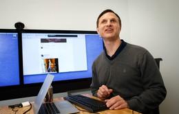 Chân dung kỹ sư khiếm thị đầu tiên làm việc tại Facebook