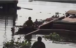 TP.HCM: Chìm sà lan 200 tấn, nhiều người nhảy sông thoát nạn