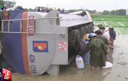 Quảng Nam: Xe bồn lật ngửa, người dân lấy dầu về nhà?