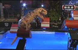 """Khủng long bạo chúa T-Rex gây """"náo loạn"""" American Ninja Warrior"""