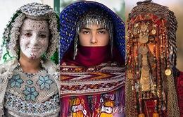 """Bạn sẽ """"đứng hình"""" trước những trang phục cưới truyền thống này"""