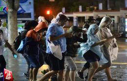 Choáng: Người dân Hong Kong (Trung Quốc) săn Pokemon giữa bão Nida