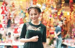 Vân Hugo khoe vẻ đẹp rạng ngời trên phố đông Hà Nội