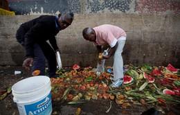 Khủng hoảng lương thực tại Venezuela, người dân bới rác tìm thức ăn