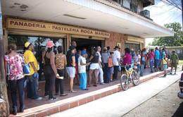 Người dân Venezuela muốn mua bánh mì cũng phải xếp hàng