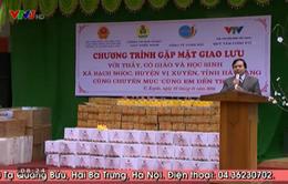 Quỹ Tấm lòng Việt tặng sách vở cho thầy trò trường Tiểu học Bạch Ngọc, Hà Giang
