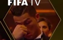 Phản ứng bất ngờ của Ronaldo khi Messi nhận Quả bóng Vàng 2015