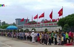 Hàng nghìn người dân xếp hàng vào Lăng viếng Bác