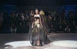 """Hoa hậu Kỳ Duyên hóa """"nữ thần mặt trời"""" trong BST của Võ Công Khanh"""