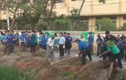 Hơn 700 người dân TP.HCM vớt rác, khơi thông dòng chảy kênh rạch