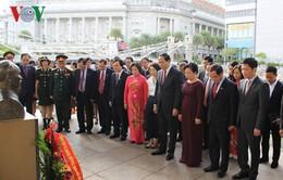Chủ tịch nước dâng hoa tại Tượng đài Chủ tịch Hồ Chí Minh ở Singapore