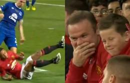 VIDEO: Hai cha con Rooney cười sặc sụa trước cú đá hỏng ăn của Memphis Depay