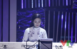 Ngọc Hân bất ngờ khoe tài đánh đàn piano