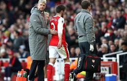 HLV Wenger đã tiên đoán được cảnh Debuchy chấn thương
