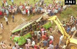 Ấn Độ: Xe bus lao khỏi cầu, gần 50 người thương vong