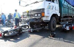 """Xe """"điên"""" vượt đèn đỏ tông liên hoàn 6 xe máy, nhiều người nhập viện"""