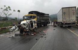 Tông xe tải, xe con bẹp dúm, 2 người bị thương nặng