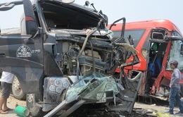 Xe khách va chạm kinh hoàng với xe tải, 6 người nhập viện cấp cứu