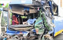 Đồng Nai: Xe khách Thành Bưởi tông gãy trụ điện rồi lật nhào