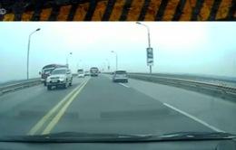 """Hoảng hồn với hai xe khách chạy với tốc độ """"trường đua"""" trên cầu"""