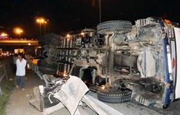 Xe tải tuột dốc cầu Mỹ Thuận, 1 người thiệt mạng