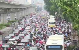 Taxi đánh võng, chặn đầu ô tô trên đường ở Hà Nội