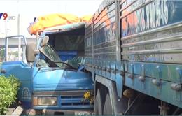 TP.HCM: Đâm vào đuôi xe tải, tài xế xe ben mắc kẹt trong cabin