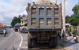 """Xe tải chở vật liệu xây dựng - """"Hung thần"""" trên đường phố Nha Trang"""