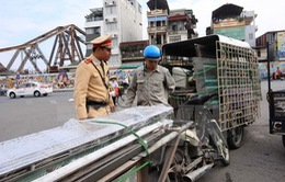 Báo động tình trạng xe thô sơ chở hàng cồng kềnh giữa thủ đô