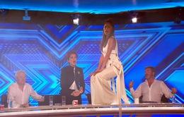 The X-Factor Anh: Giám khảo phấn khích leo lên bàn nhảy múa