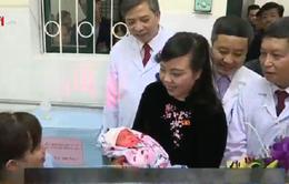 Bộ trưởng Bộ Y tế thăm và chúc mừng gia đình em bé ra đời nhờ mang thai hộ