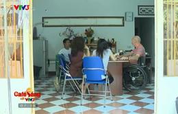 Ông Tây ngồi xe lăn dạy tiếng Anh miễn phí cho người dân Nha Trang