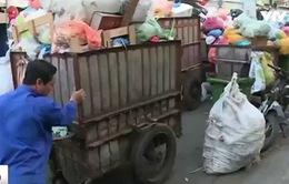 TP.HCM: Xe rác nối đuôi nhau tập kết ngay dưới lòng đường