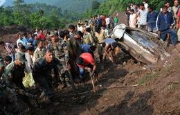 Lở đất chôn vùi 2 xe khách tại Ấn Độ