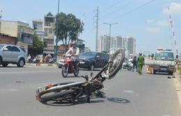 """TP.HCM: Ô tô vượt rào chắn, húc xe máy """"bay"""" gần 100m"""