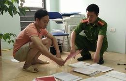 Hà Nội: Triệt phá xưởng sản xuất hàng ngàn con dấu giả, giấy tờ giả