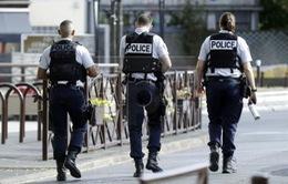 Pháp tiêu diệt một đối tượng tấn công bằng dao tại ga xe lửa