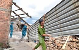 Trao tiền hỗ trợ cho hộ dân bị ảnh hưởng bởi sạt lở ven sông Cái Côn