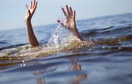 Rơi xuống ao cá, 2 cháu bé đuối nước thương tâm