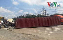Hà Nội: Vào cua gấp, xe container lật nhào, tài xế thoát chết