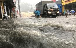 Nước ngập do cống trào ngược sau mưa tại quận 9, TP.HCM