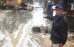 Người dân Quảng Nam phản đối thi công vá ổ gà gây ngập bùn đất
