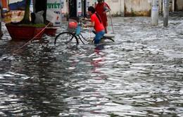 Nhiều tuyến đường TP.HCM ngập nặng sau mưa lớn