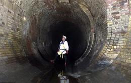 Khối chất béo khổng lồ gây tắc nghẽn ống cống ở London, Anh